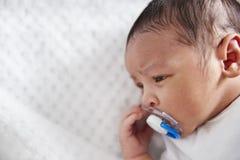Chiuda su del neonato in culla della scuola materna con il manichino fotografie stock