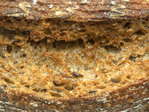 Chiuda su del pane ecologico di segale e del grano con i semi di sesamo Fotografia Stock