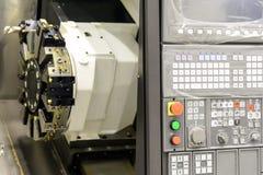 Chiuda su del pannello del tornio di CNC Tornio di CNC o machin di tornitura di CNC fotografia stock