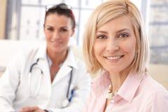 Chiuda su del paziente all'ufficio medico di medico Fotografie Stock