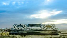 Chiuda su del pezzo di plastica di vecchia radio, sopra la sabbia nella spiaggia Fotografia Stock