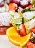 Chiuda su del piatto con il dessert zuccherato della frutta Immagine Stock Libera da Diritti