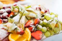 Chiuda su del piatto con il dessert zuccherato della frutta Fotografia Stock Libera da Diritti