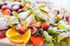 Chiuda su del piatto con il dessert zuccherato della frutta Immagine Stock