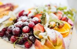 Chiuda su del piatto con il dessert zuccherato della frutta Immagini Stock