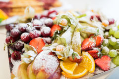 Chiuda su del piatto con il dessert zuccherato della frutta Fotografia Stock