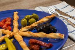 Chiuda su del piatto mediterraneo dei antipasti con due generi di oliv Fotografia Stock