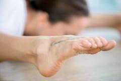 Chiuda su del piede femminile con il tatuaggio Immagini Stock