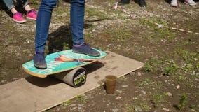 Chiuda su del piede maschio che insegna per praticare il surfing ` Del gioco da stare su un ` del bordo di spuma video d archivio