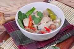 Chiuda su del pollo e della galanga in minestra del latte di cocco Immagini Stock