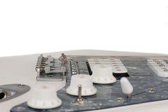Chiuda su del ponte della chitarra elettrica bianca, tiro dello studio fotografie stock