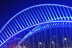 Chiuda su del ponte obliquo illuminato dalle luci del LED immagini stock