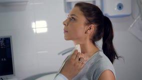 Chiuda su del processo di esame ecografico della laringe del ` s della donna archivi video