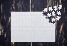 Chiuda su del puzzle di collegamento con i pezzi sparsi Fotografia Stock Libera da Diritti