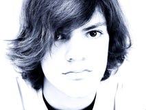 Chiuda in su del ragazzo teenager nei toni blu immagini stock libere da diritti