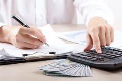 Chiuda su del ragioniere o del banchiere femminile che effettua i calcoli Risparmio, finanze e concetto di economia fotografia stock