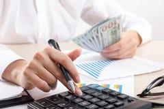 Chiuda su del ragioniere o del banchiere femminile che effettua i calcoli Risparmio, finanze e concetto di economia immagine stock