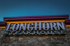 Chiuda su del segno della conduttura dello steakhouse della mucca texana Immagine Stock