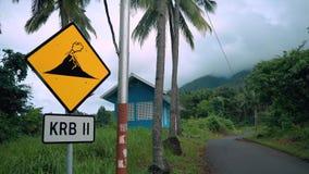 Chiuda su del segno di eruzione vicino ad una strada al vulcano in Ternate, Indonesia stock footage