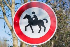 Chiuda su del segno proibito equitazione nella parte settentrionale della Germania immagini stock libere da diritti