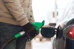 Chiuda su del serbatoio di combustibile di riempimento maschio dell'automobile immagine stock libera da diritti