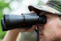 Chiuda su del soldato o del cacciatore con binoculare Fotografia Stock Libera da Diritti