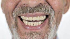 Chiuda su del sorriso dell'uomo anziano video d archivio