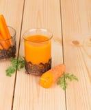 Chiuda su del succo di carota saporito fresco Immagine Stock