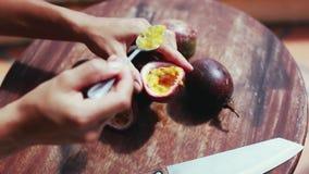 Chiuda su del taglio e del cibo dell'alimento tradizionale in frutto della passione delizioso dell'estate dell'Asia 1920x1080 archivi video