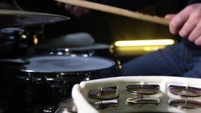 Chiuda su del tamburino del tamburo e di un batterista che gioca sui tamburi su fondo colpo del cursore video d archivio