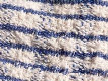 Chiuda su del tessuto blu e bianco a strisce della tovaglia Immagini Stock