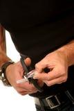 Chiuda in su del tirante che taglia la carta di credito fotografie stock libere da diritti