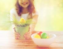 Chiuda su del vaso della tenuta della ragazza con il pollo del giocattolo Fotografia Stock Libera da Diritti