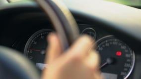 Chiuda su del volante della mano del maschio e del cruscotto, driver attaccato in ingorgo stradale stock footage