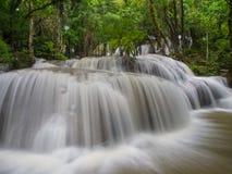 Chiuda su dell'acqua che precipita, Kanjanaburi Tailandia Fotografia Stock