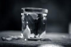 Chiuda su dell'acqua di aglio, allium sativum su una borsa dell'iuta Fotografia Stock
