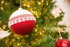 Chiuda su dell'albero di Natale con la decorazione rossa e bianca delle palle Fotografie Stock