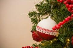 Chiuda su dell'albero di Natale con la decorazione rossa e bianca delle palle Fotografia Stock Libera da Diritti