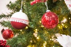 Chiuda su dell'albero di Natale con la decorazione rossa e bianca delle palle Immagini Stock