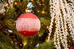 Chiuda su dell'albero di Natale con la decorazione rossa e bianca delle palle Fotografie Stock Libere da Diritti
