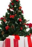 Chiuda su dell'albero di Natale e dei presente Fotografie Stock