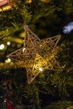 Chiuda su dell'albero di Natale e della decorazione della stella d'oro fotografie stock