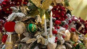 Chiuda su dell'albero di Natale fantastico con le decorazioni e le candele fotografia stock