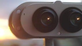 Chiuda su dell'allerta del binocolo alla città durante il tramonto stupefacente Fotografie Stock Libere da Diritti
