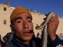 Chiuda su dell'ammaliatore di serpente marocchino con il serpente Fotografia Stock