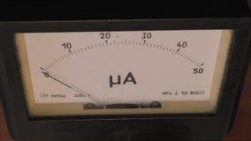 Chiuda su dell'amperometro funzionante video d archivio