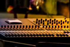 Chiuda su dell'amplificatore, l'audio bordo del miscelatore, la scheda audio, immagine vaga fotografia stock