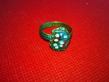 Chiuda su dell'anello di diamante di impegno Concetto di nozze e di amore immagine stock