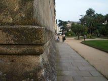 Chiuda su dell'angolo del muro a secco sviluppato con i wallstones naturali del granito immagine stock