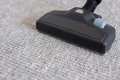 Chiuda su dell'aspirapolvere moderno sopra tappeto Fotografia Stock Libera da Diritti